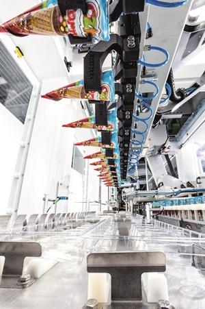Produkte werden liegend in Trays platziert und anschließend zum Flowmodul transportiert.