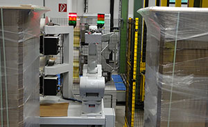 Der Pallet-Labeling-Robot nutzt zwei Mitsubishi-Roboter, deren Arme sich mit der Hochgeschwindigkeit von bis zu sechs Metern pro Sekunde bewegen können