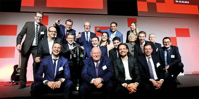 """Das Schubert-Team mit Firmengründer Gerhard Schubert (1. Reihe, 2. v.l.) nahm im Rahmen der feierlichen Gala den Preis """"Fabrik des Jahres"""" entgegen"""