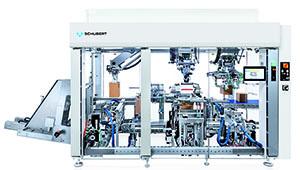 Wie die Kundenmaschine auf dem Messestand verpackt auch der kompakte Schubert lightline Cartonpacker Produkte aus verschiedenen Materialien effizient in Kartons.