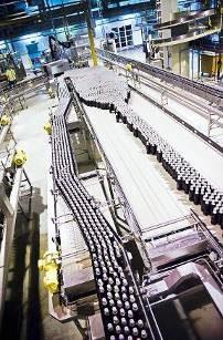 SEW-Eurodrive Antriebstechnik treibt das Zulaufband für den Flaschentransport in der Brauerei Sinebrychoff an, Bild: Sinebrychoff