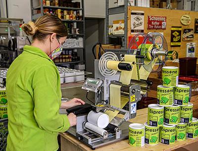 Je nach Bedienung erreicht der Etikettenspender Leistungen von bis zu 30 Produkten pro Minute.