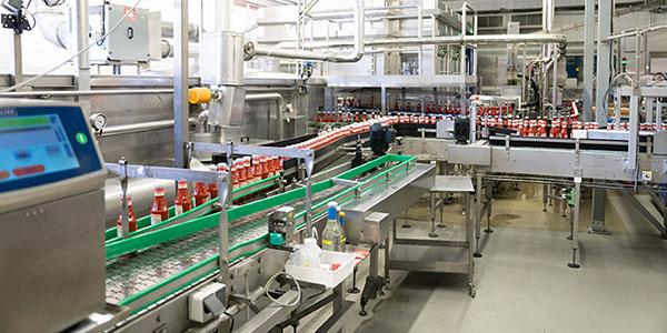 Kennzeichnung von 150.000 Ketchupflaschen pro Tag bei Werder Feinkost