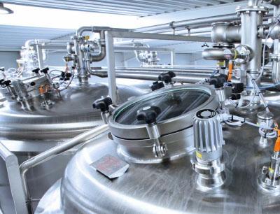 Oben auf dem Tank platziert schützt der Füllstandsensor LMT von ifm vor Überlauf bei der Brauerei Skanderborg Bryghus.