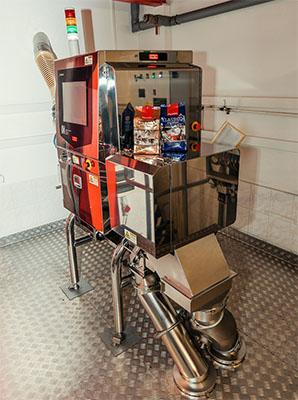 Das Röntgenprüfsystem IX-EN-2493 kontrolliert die unverpackten Kaffeebohnen