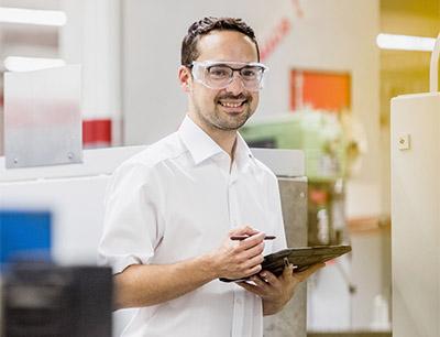 Philipp Strauß von der ISW-Technik schickt Kunden Erinnerungen und Angebote für Prüfservice und anstehende Reparaturen an Arbeitsmitteln und Produktionsanlagen.