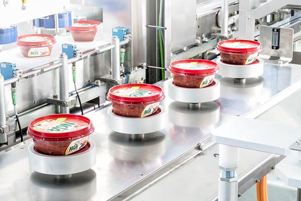 Mit Hilfe eines Schubert-Scanners, der das Wort NOA auf den Deckeln erkennt, werden die Produkte alle gleich ausgerichtet, und zwar so, dass der Schriftzug im Supermarkt für Kunden lesbar ist.