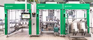 Die Gerhard Schubert TLM-Anlage verarbeitet jeden NOA-Becher einzeln. Durch den Einsatz spezieller Roboter und des Transmoduls erreicht die Maschine dennoch eine sehr hohe Leistung.