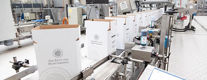 Tintenstrahl-Drucksysteme bedrucken die Kartonagen mit Produktinformationen
