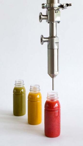 Einfaches Abfüllen von Smoothies mit Stücken in verschiedenen Geschmacksrichtungen