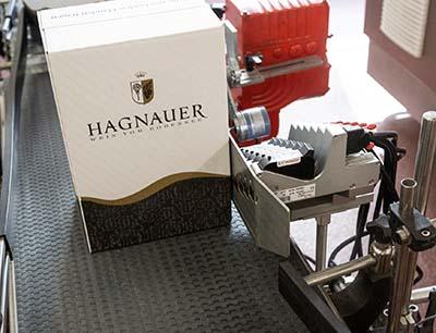 Kartonetikettierung von Bluhm Systeme bei Winzerverein Hagnau
