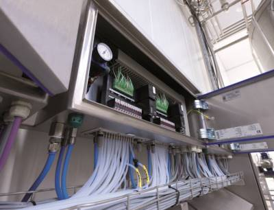 Die modularen Schaltschranklösungen von Bürkert können direkt in der Anlage im unmittelbaren Prozessumfeld montiert werden