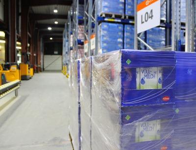 Für Arla Foods lagert Elsen in Wittlich täglich rund 48 Lkw-Ladungen Milchprodukte für Discounter ein