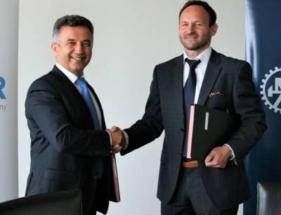 Antonín Růžička, Geschäftsführer von Wikov (rechts) und Nevzat Özcan, Serviceleiter bei Flender freuen sich über die Kooperation