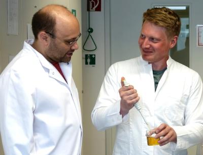 Andreas Dunkel, links im Bild (Leibniz-Institut LSB) und Christoph Hofstetter (TUM) im Labor