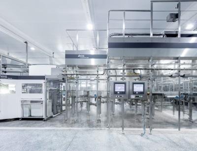 Herzstück der Linie für das stille Wasser ist der Streckblas-Füllblock Innopet Blofill mit dem Füller Innofill PET DRV, der bis zu 12.000 Flaschen pro Stunde verarbeitet