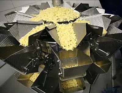 Die frischen Eierspätzle werden durch vibrierende Radialrinnen zu den Schalen befördert