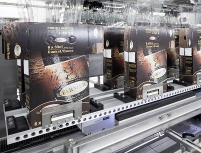 Mit der Anlage lassen sich unterschiedlichste Formate und Gruppierungen in Kartons ebenso platzieren, wie in klassische Getränkekisten aus Plastik
