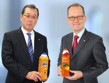 Kouichi Hashimoto von DNP und Markus Boehm von SIG Combibloc