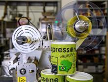 Espressone nutzt den halbautomatischen Etikettenspender Geset 141 zur schnellen und präzisen Kennzeichnung seiner Kaffeedosen