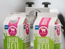 Milchkartons in der Kennzeichnung mit Bluhm Systeme
