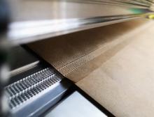 Endlose Verpackung: das Ende der einen und der Anfang der nächsten Papierrolle sind durch eine Prägung miteinander verbunden