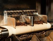Kaffeebohnen kommen aus der Prüfkammer des Röntgenprüfsystems