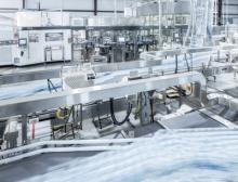 Bei Real-Pure Bottling in Magee, Mississippi, steht der erste der beiden Triblöcke mit Streckblasmaschine, Etikettiermodul und Füller
