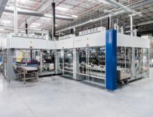 Die Varioline von Krones realisiert selbst dreistufige Verpackungsprozesse und ersetzt dadurch bis zu sechs Einzelmaschinen