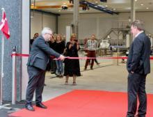 Ralf Astrup, CEO von Cabinplant A/S (rechts im Bild) bei der Eröffnung der neuen Produktionsstätte in Haarby, Dänemark