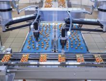 Im Zuführband ist eine neu entwickelte Rütteleinheit integriert, die die Pralinen schonend aufrichtet