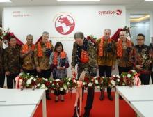 Der Vorstandsvorsitzende Dr. Heinz-Jürgen Bertram durchtrennt das Band im erweiterten Innovationszentrum in Jakarta, Indonesien