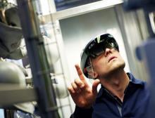 Mann mit einem Hololens-Mixed-Reality-Headset